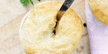 Zupa cebulowa pod pierzynką z ciasta francuskiego