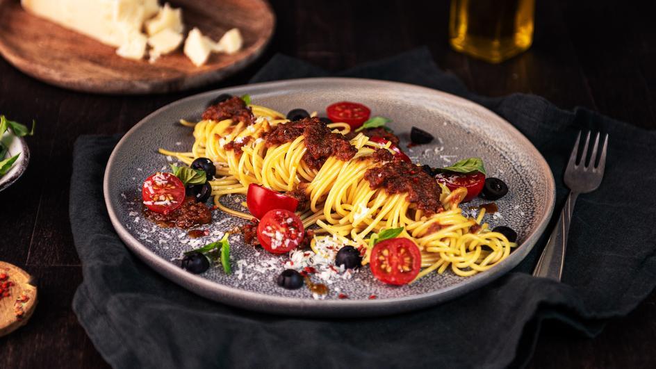 Pikante Spaghetti mit rotem Pesto