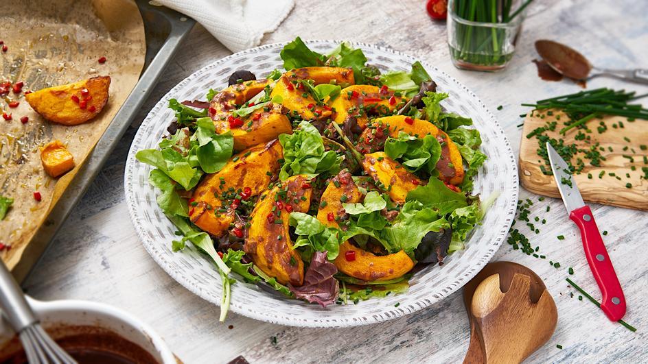 Blattsalat mit Schoko-Dressing und Chili-Kürbisspalten