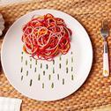 Regenbogen-Spaghetti mit Pesto
