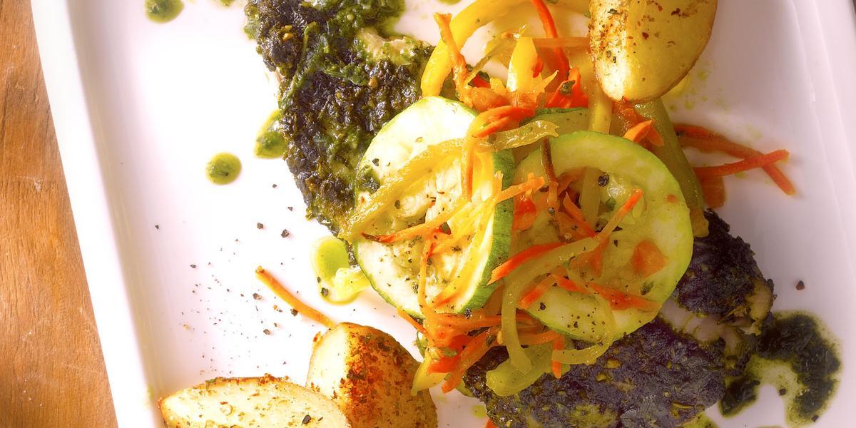 Merluza al Pesto y Verduras con Papas Bravas