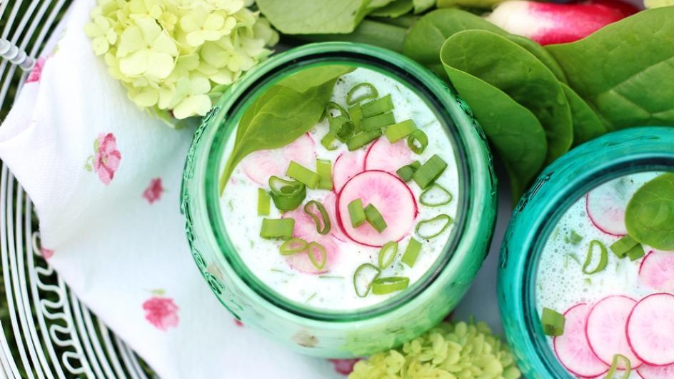 Zupa szpinakowa – chłodnik z ogórkiem, rzodkiewką i ziołami