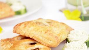 Mediterrán csirkés batyu zöldfűszeres-krémsajtos uborkával